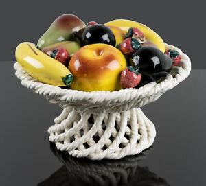 Geflochtener Obstkorb mit Zierfrüchten, Majolika, Italien M.20.Jh., Zierkeramik