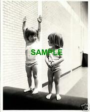 ORIGINAL 1977 PRESS PHOTO SIMON & NICOLA GRACE GYMNASTS - PAULINE PRESTIDGE