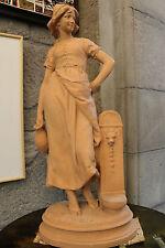 Très belle et grande terre cuite femme à la fontaine signé Bastet  66cm