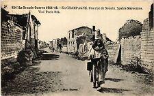 CPA En Champagne, Une rue de Souain. Spahis Marocains (346367)
