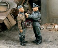 Verlinden 1/35 The Iron Cross Waffen-SS Soldier getting Medal from Officer 1414
