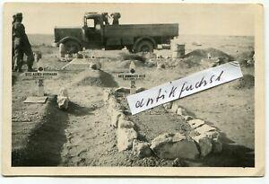 Foto : Militär-LKW des Afrikakorps auf Soldaten-Friedhof in Afrika im 2.WK