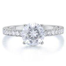 Schmuck und Diamanten in Weiß