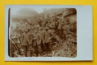 Foto AK Soldaten auf Häuserruine 1914-18 1. Korporalschaft 7. Komp I 104 1.WK WW