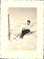 snapshot photo femme posant assise en tenue de ski dans la neige mode montagne