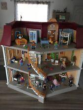 MAISON PLAYMOBIL meublée, accessoires , personnages ...