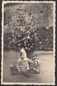 YZ1495 Italia 1952 - Bimba sotto l'albero di Natale con i regali - Foto d'epoca