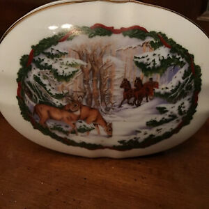 1986 Heritage House MELODIES OF CHRISTMAS MUSIC BOX White Christmas