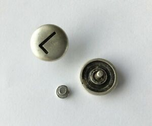 Eine Zierniete mit Buchstabe 'L', altsilber, ca. 20mm