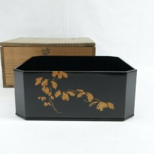 D1841: Japanese square bowl KASHIKI of old lacquer ware with very good ivy MAKIE