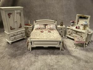 DOLLS HOUSE 1/12 SCALE SHABBY CHIC CREAM FLORAL BEDROOM SET WITH DRESSING TABLE.