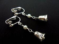 Un par de Plata Tibetana Lindo y Blanco Perla Colgantes Bell Clip en PENDIENTES. nuevo.
