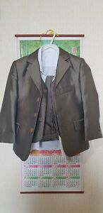 Childs 4 Piece Suit Age 4, K.R collection Worn once, immaculate condition