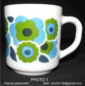 Mug ARCOPAL décor Lotus coloris vert et bleu . Parfait état. Vintage
