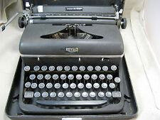 Vintage ROYAL TYPEWRITER Quiet DeLuxe in Case GLASS KEYS 1947 A-1426342