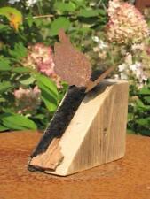 Edelrost Engelsflügel auf Holzblock mit Fellstreifen Skulptur Rostengel