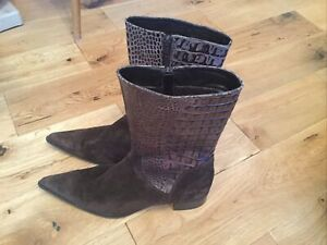 BROWN SUEDE POINTY TOE MOCK CROC COWBOY STYLE  BOOTS SIZE (5)(38)....