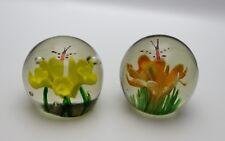 Ein Paar Briefbeschwerer Paperweight mit Schmetterlingen über Blüten, Frühling!