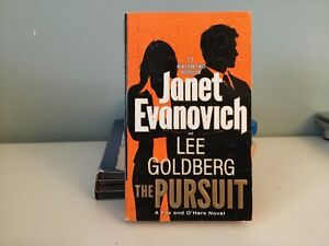 The Pursuit: A Fox and O'Hare Novel by Janet Evanovich (Paperback, 2017)