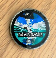 DAVID BOWIE THE MAN WHO FELL TO EARTH VINTAGE METAL PIN BADGE FROM THE 1980's