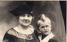 BK950 Carte Photo vintage card RPPC Enfant mode fashion funny lunette Mamy
