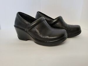 Womens Born B.O.C. Non-Slip Shoes.