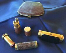 Lot anciens accessoires maquillage : tubes rouge à lèvre, briquet, poudrier...