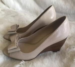Franco Sarto Hetty Wedge Heels Beige Nude Leather Bow Peep Toe Shoes Sz 5.5