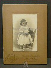 Fotografia Studio REALE Roma: Bambina in Posa su una Sedia Fine '800 Primi '900