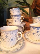 7 tasses et 10 sous-tasses et 11 assiettes à dessert en porcelaine.