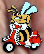 VESPA THE WASP RIDING THE MODS SCOOTER METAL & ENAMEL TYPE PIN BADGE