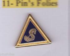 Pin's Folies *** Marine voile bateaux sailing Logo Benetteau