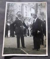 PHOTO Philippe Pétain accueille Laval. Format 24 x 30 cm. Tirage d'époque.