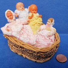4 ALTE PUPPEN BABYS IM BASTKÖRBCHEN DOLL VINTAGE PUPPENHAUS PUPPENSTUBE