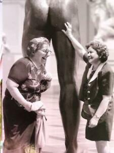 """""""Can't Take You Anywhere!"""" AVANTI Funny Birthday Card WOMEN in MUSEUM w/ STATUE"""