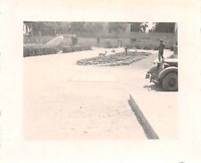 DAK Soldat mir Mercedes Kübelwagen im Garten Bengasi Libyen