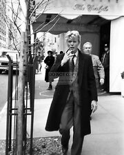 DAVID BOWIE OUTSIDE THE CARLYLE HOTEL IN NEW YORK  8X10 PUBLICITY PHOTO (FB-461)