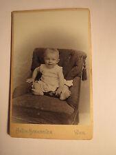 Wien - sitzendes kleines Kind - Baby / CDV Rückseite mit Plattenkamera