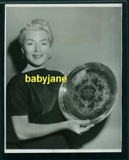 LANA TURNER VINTAGE 8X10 PHOTO 1952 HOLDING MODERN SCREEN 10 YEAR AWARD