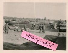 Foto : VW-Schwimmwagen und Panzer-Sturmgeschütze auf Schiff / Fähre im 2.WK