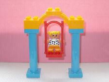 LEGO DUPL0 KIND AUF GROSSER SCHAUKEL