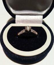 Anello fidanzamento solitario vintage: platino, dettagli oro giallo con diamanti