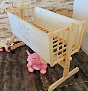 Baby Wiege Stubenwagen Beistell Bett Weiß-Grau Gravur Schaukel Räder NEU