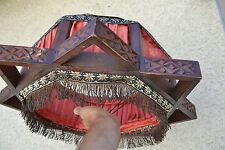 Insolite abat jour en bois sculpté et tissu rouge (Art Déco ?)