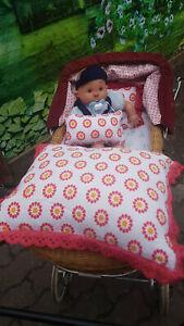 3-tlg. Puppenwagen Garnitur, weiß mit Blumen als Motiv und roter Spitze