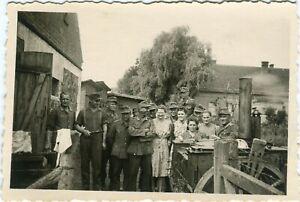 Photo allemande guerre WW2 -- Soldats avec femmes autour de cuisine de campagne
