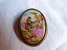 Broche ancienne en porcelaine de Limoges scène galante