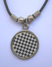 DAMIERS NOIR ET BLANC pendentif métal avec cordon noir et fermeture fixe