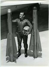 PHOTO Hughes Aircraft CO un homme pose avec 2 falcon uniforme et casque
