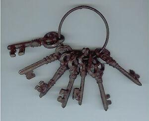 Nostalgisches Schlüsselbund, 7 verschiedene Schlüssel im Antikstil aus Gusseisen